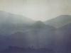 Au-dessus des montagnes noyées dans le crépuscule le ciel est clair 35x50